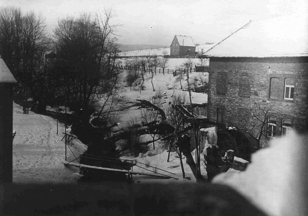 Blick auf den Saumerbach Richtung Wachlange, rechts die Mühle mit Mühlrad
