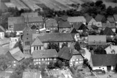 Ortsansicht mit Kirche, Pfarrhaus und Haus Grewe im Vordergrund